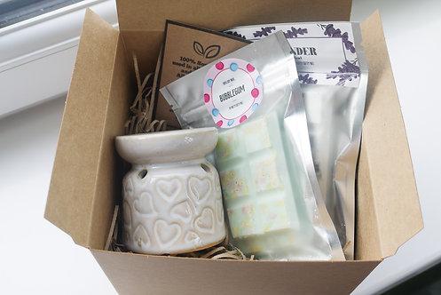 White -Mini Hearts Ceramic Wax / Oil Burner + 2 Melts (of your choice) Gift Set