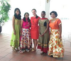 С танцовщицами из Сингапура