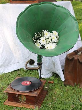 Phonographe; Gramophone; Phonograph; Mariage; Wedding; DJ Vintage; Pathé; Fleurs; Saphir; Vert; Natural; Flowers; Provence; Paulette; Bohème; Liberty; Champêtre; Location; Prestation; Retro; Garden Party; 78 tours; 78 rpm; Jazz; Swing; Blues; Chanson Française; Années folles; Festival; evenements; animation; accompagnement musical; cocktail; Paulette; Vin d'honneur; retraite; récéption; rally; bal; lindy hop; Dixieland; Colombia; Jour et Nuit; Manivelle; tête de lecture; diaphragme; aiguilles;