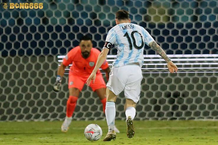 Với đường chuyền bất cẩn của Carlos Gruezo đã để Messi dẫn bóng mặt đối mặt với thủ môn