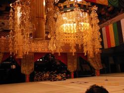總持寺の法堂です。大きな天蓋の迫力には圧倒されます。