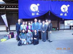 總持寺の前での檀家さん達と記念撮影