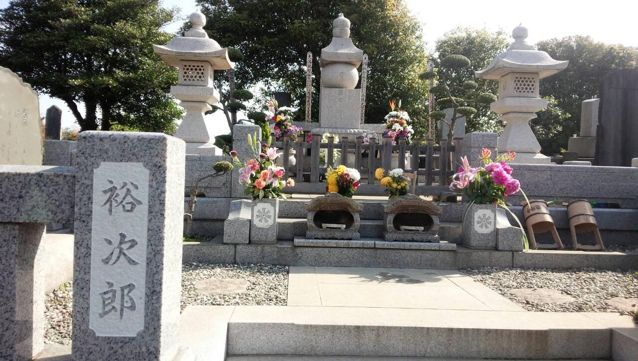 石原裕次郎のお墓です。常に新しく献花されているようです