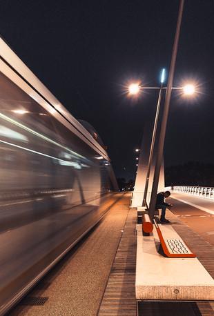 Un tram dans la nuit