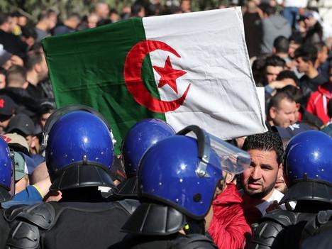 Solidaridad con el pueblo argelino por su soberanía popular Renacimiento de la Revolución argelina