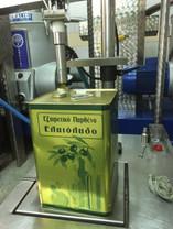 De olijfolie van Olimato uit Griekenland wordt uiteindelijk in blikken van 20 liter gebotteld.