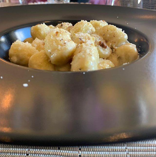 Un piatto di gnocchi zola e noci