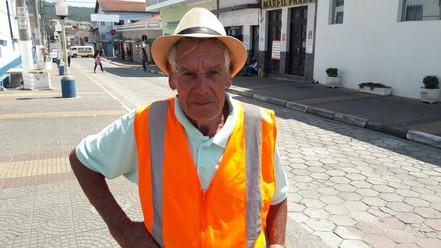 """""""Seu"""" Gonçalo ajudando os pedestres : - """"A gente ajuda a cidade, para ela ficar mais bonita e tentar"""