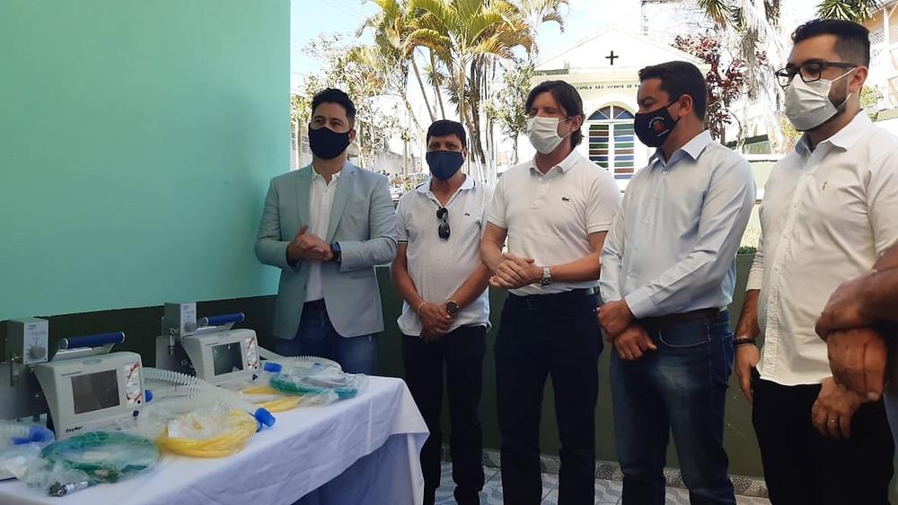 ESTÂNCIA Marcio Alvino e André do Prado entregam dois respiradores na Santa Casa