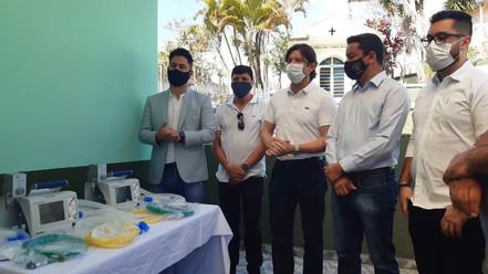 ESTÂNCIA: Marcio Alvino e André do Prado entregam dois respiradores na Santa Casa