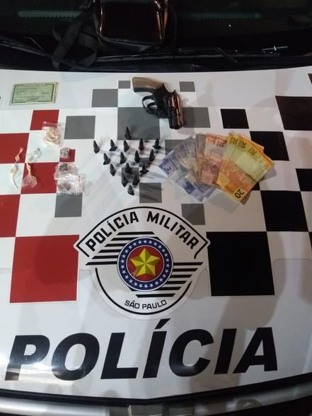 SANTA BRANCA: Polícia Militar prende dupla de traficantes no centro da cidade