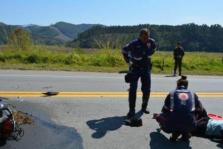 Motociclista tem fratura exposta após colisão com ônibus