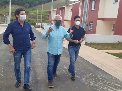 SANTA BRANCA: Prefeito Celso Simão recebe os deputados  Marcio Alvino e André do Prado
