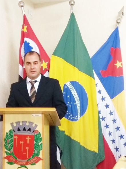 Vereador Claudinho vota contra aumento salarial do prefeito, vice-prefeito, secretários e vereadores