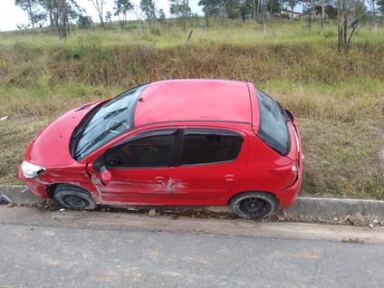 SP 88: Motorista perde controle e bate em placa de sinalização