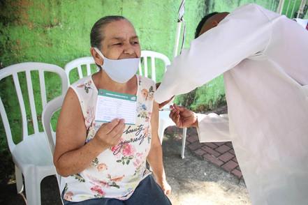 Chega a segunda dose de vacina para trabalhadores da saúde da região