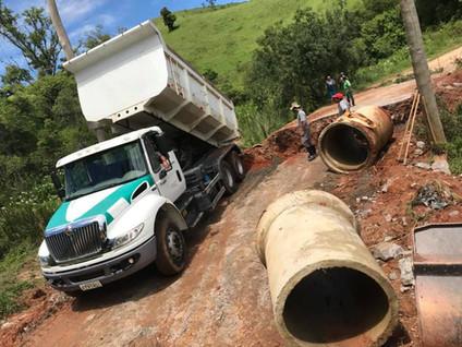 PARAIBUNA: Prefeitura segue recuperando Estradas Rurais