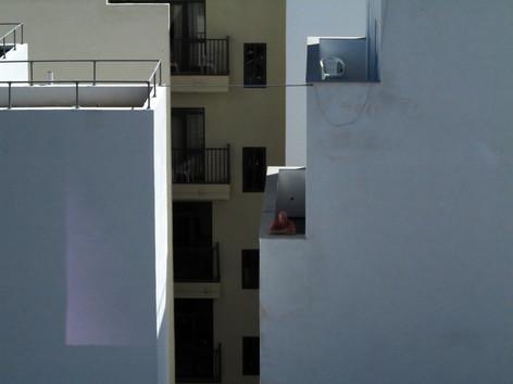 Han på balkongen