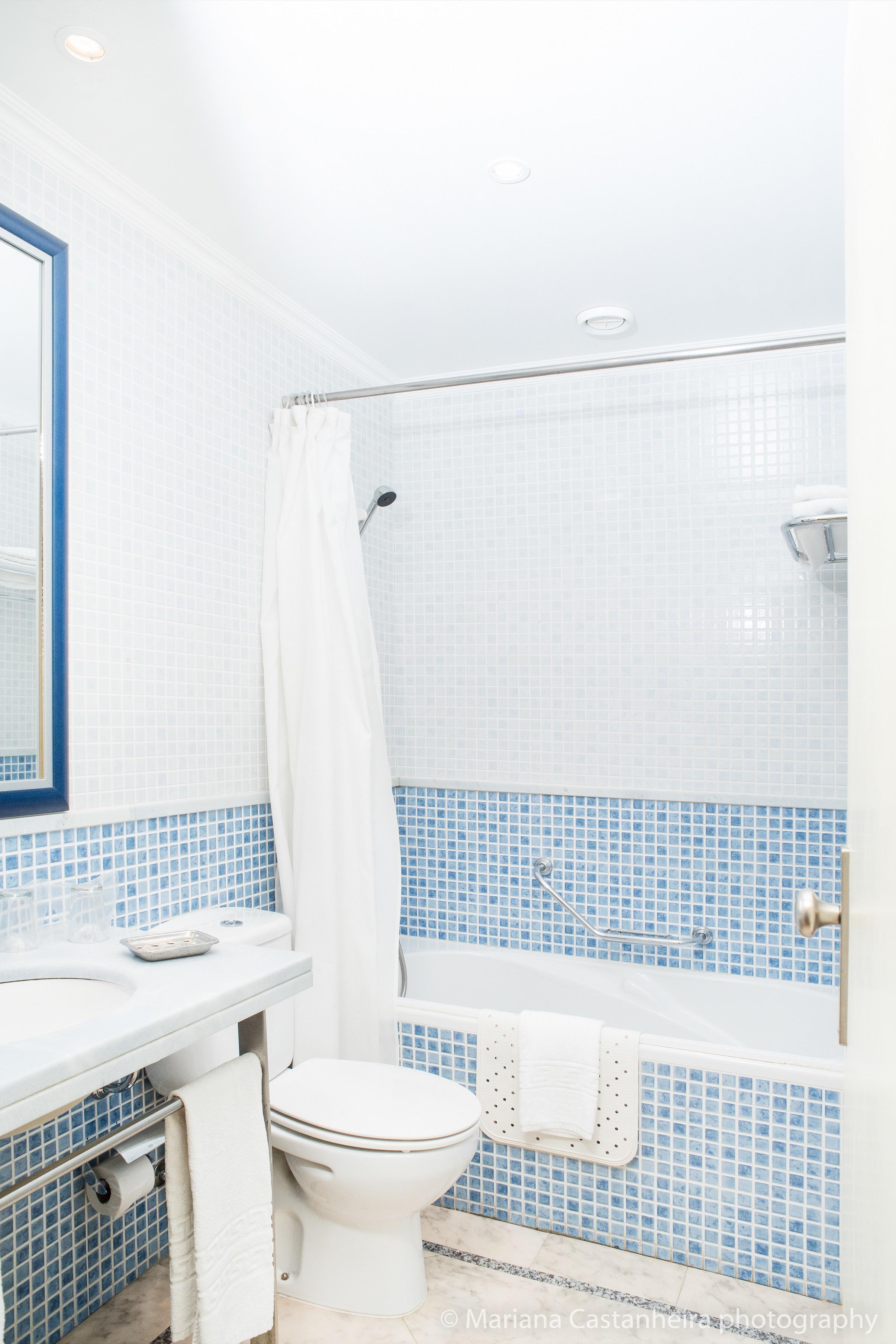 Yellow Alvor Garden - Twin Room Bathroom