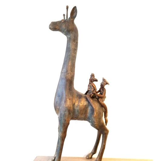 Hoge giraf in brons