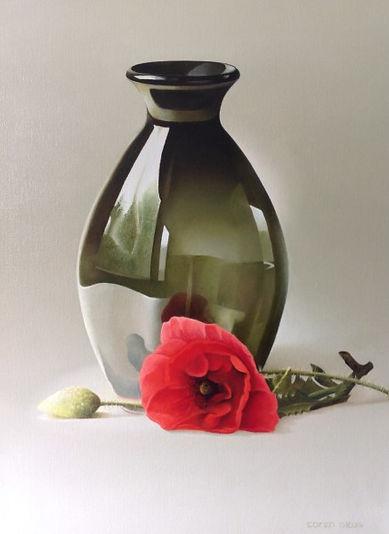 Groen glazen vaas met klaproos