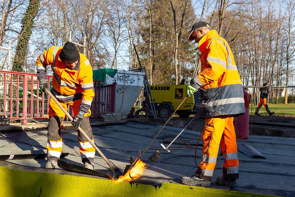 zwei Arbeiter arbeiten auf einer Brücke
