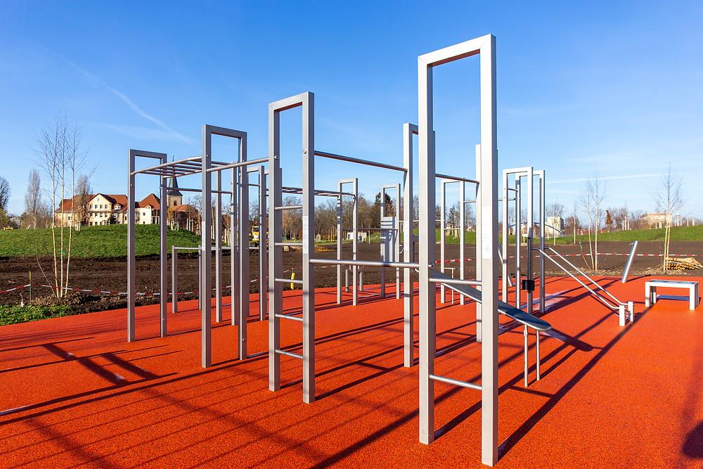 Fitnessgeräte aus Stahl in einem Park
