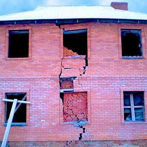 Недостроенное здание с трещиной