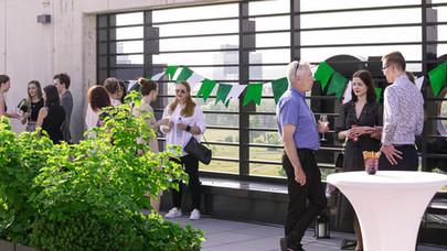 oslava desátého výročí organizace na střešní terase