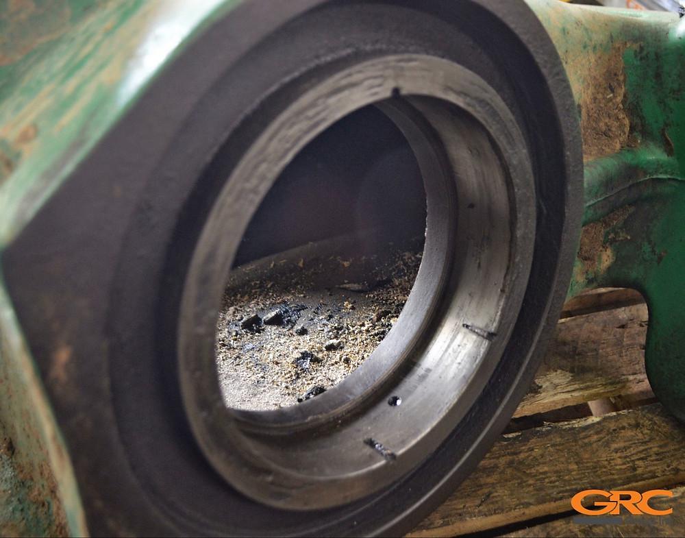 Посадочное место шарнира полурамы трактора Jonh Deer до ремонта