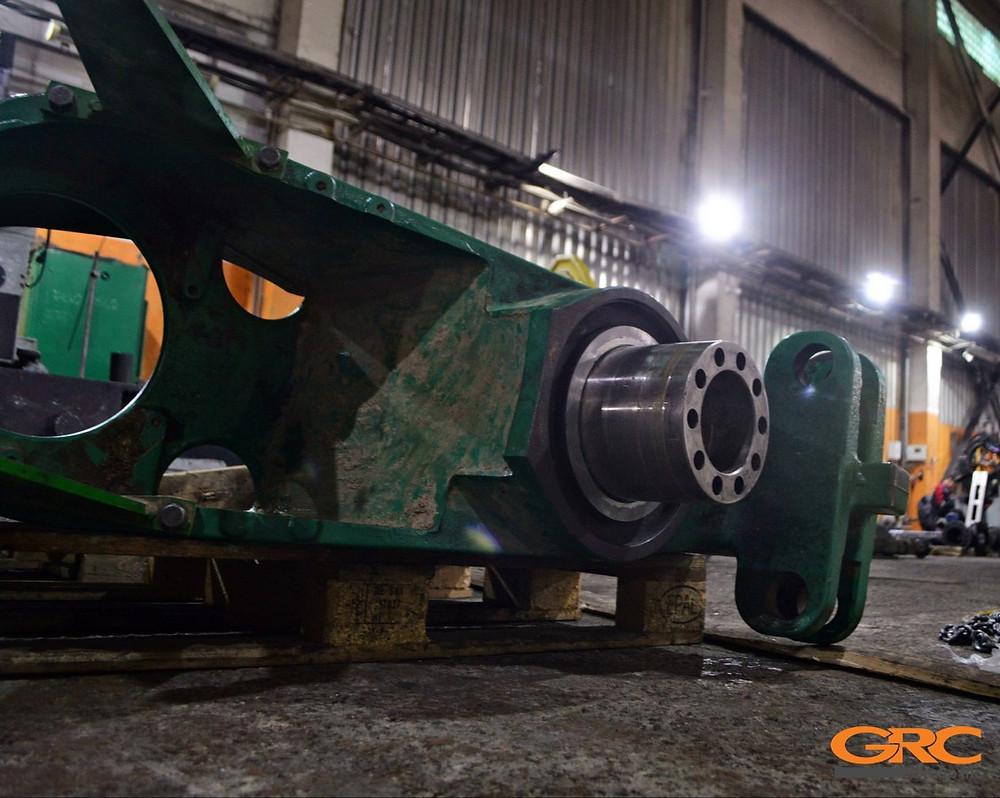 Посадочное место шарнира полурамы трактора Jonh Deer после ремонт