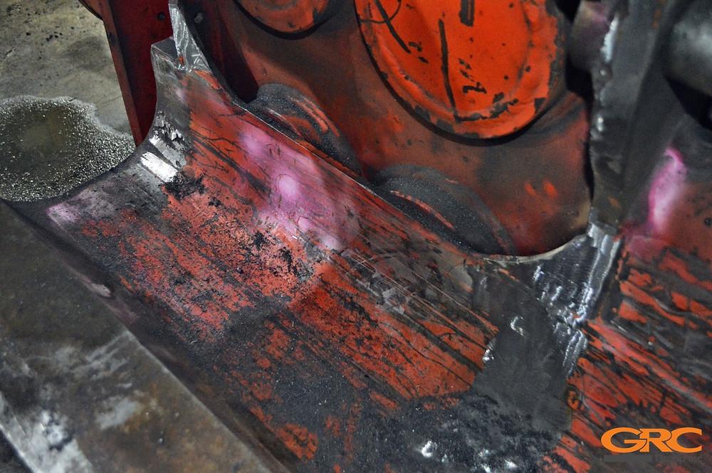 Чистовая зачистка корпуса бокового захвата вибопогружателя