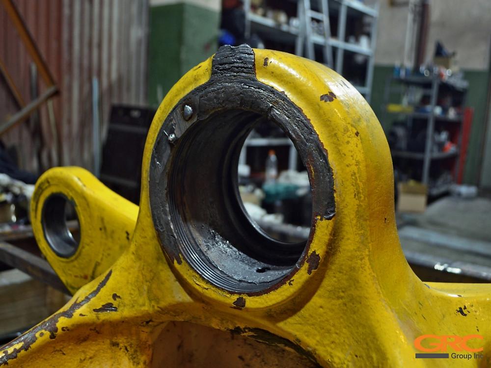 Ремонтное отверстие устройства сочленения рамы самосвала Volvo до ремонта