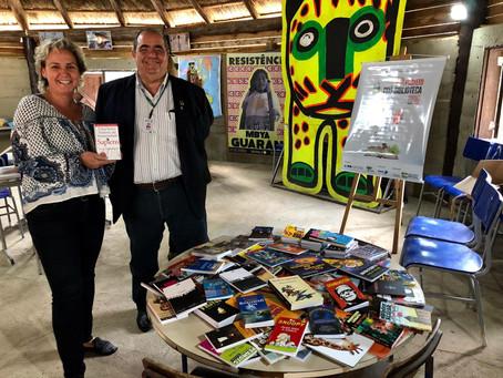Escola indígena recebe livros