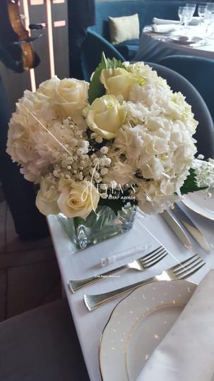 Composition floral sur son vase cubique
