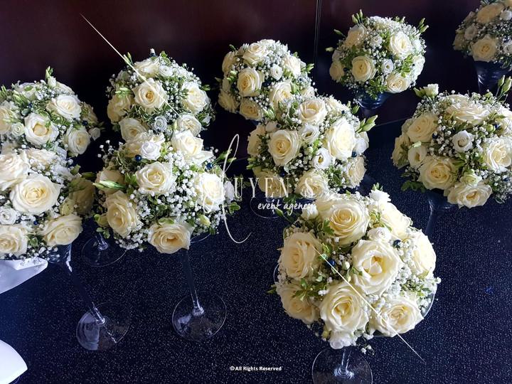 Conception de sphères florales sur vase martini