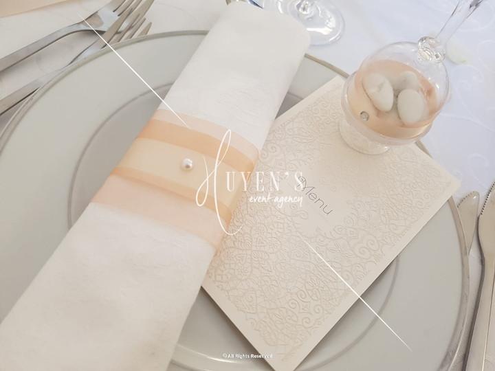 Faire-part, noeud de serviette et boite à dragées à la même thématique de couleurs