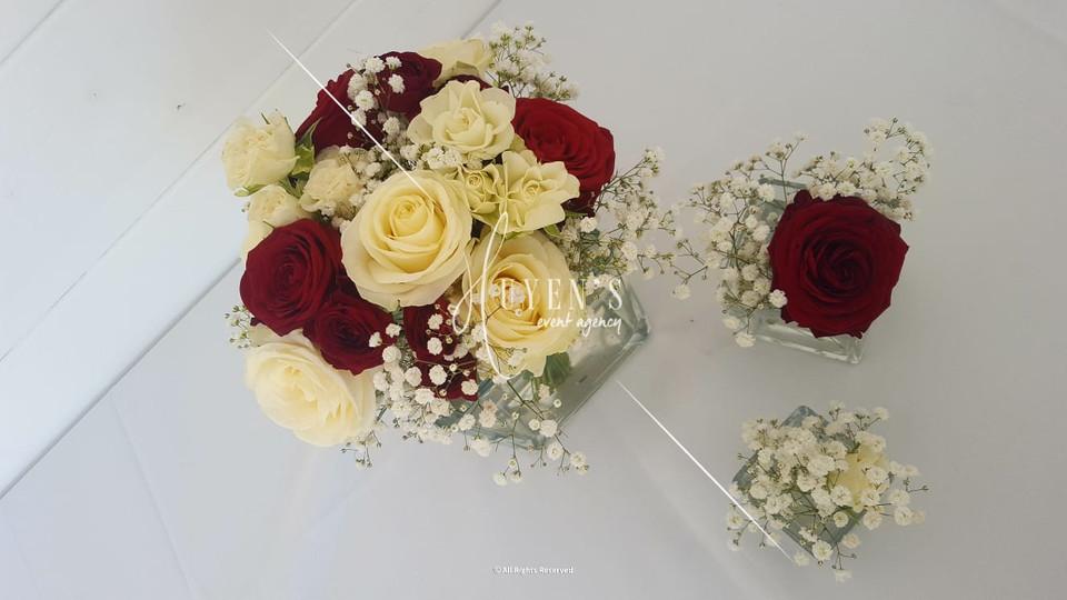 Compositions florales sur son trio de vases cubiques