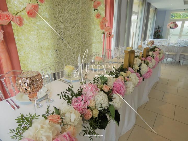 Chemin de fleurs fraîches sur la table d'honneur