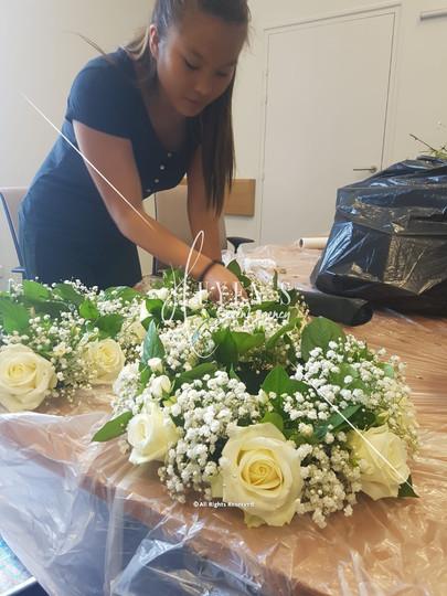 Conception le Jour J de couronnes florales au pied de chandelier