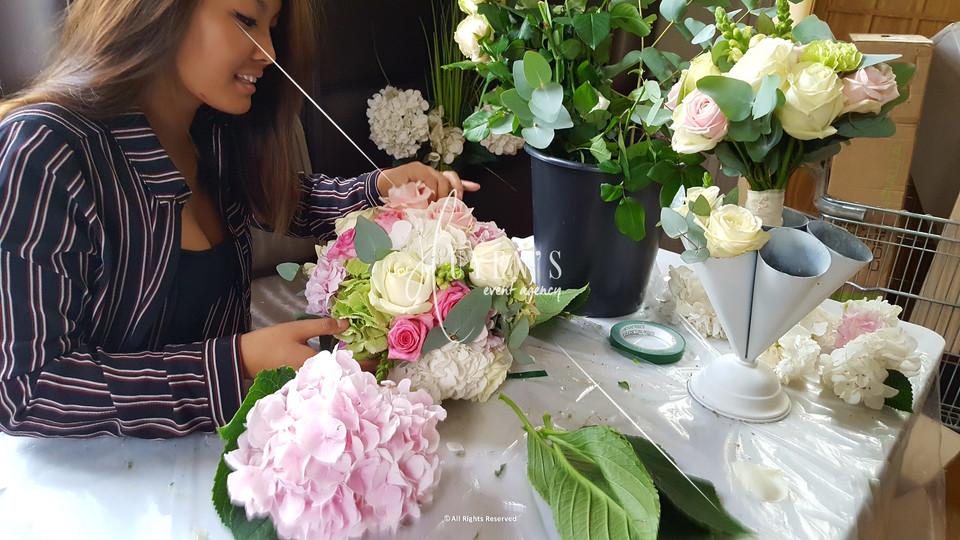 Conception le jour J de compositions florales sur vase colonne