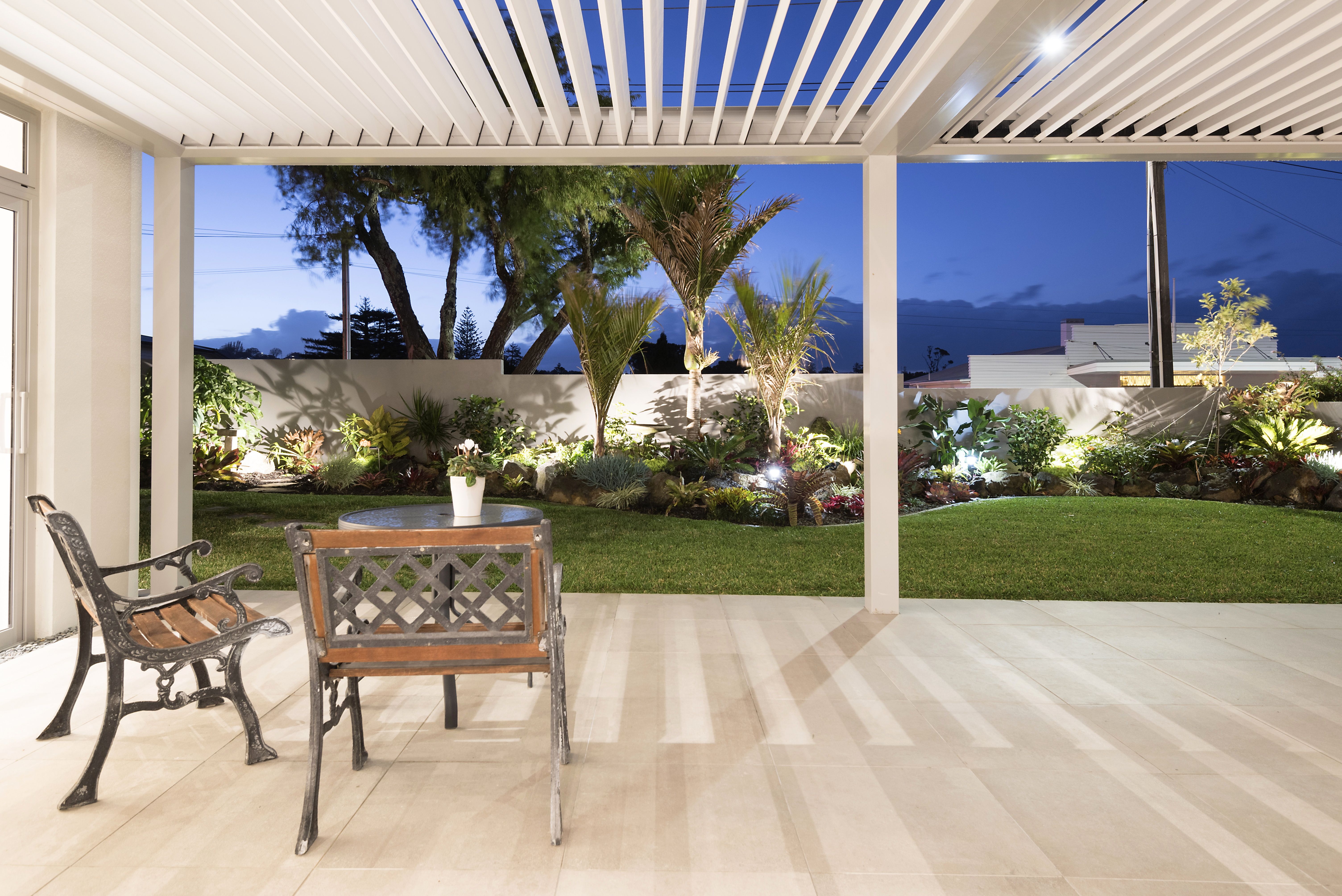 Louvre system for outdoor living