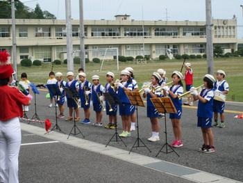 磯部小学校の鼓笛隊による災害公営住宅での演奏