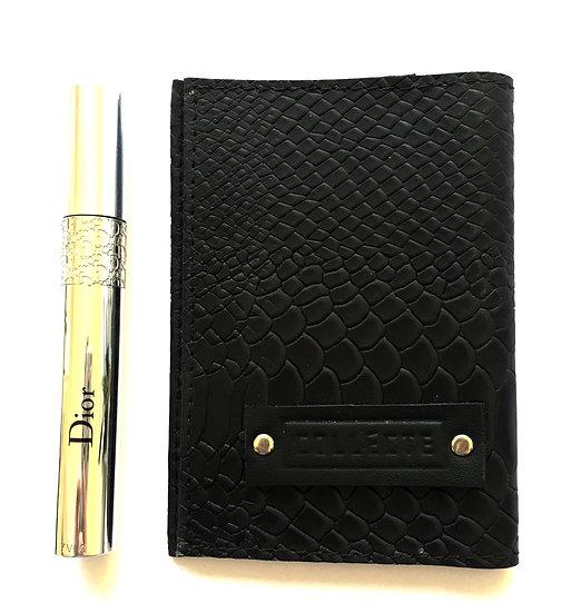 כיסוי דרכון שחור עם טקסטורה