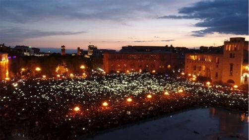 Place de la République à Erevan lors de la Révolution de Velours. Image illustrant la soirée Hyestart au FIFDH de Genève (édition 2020)