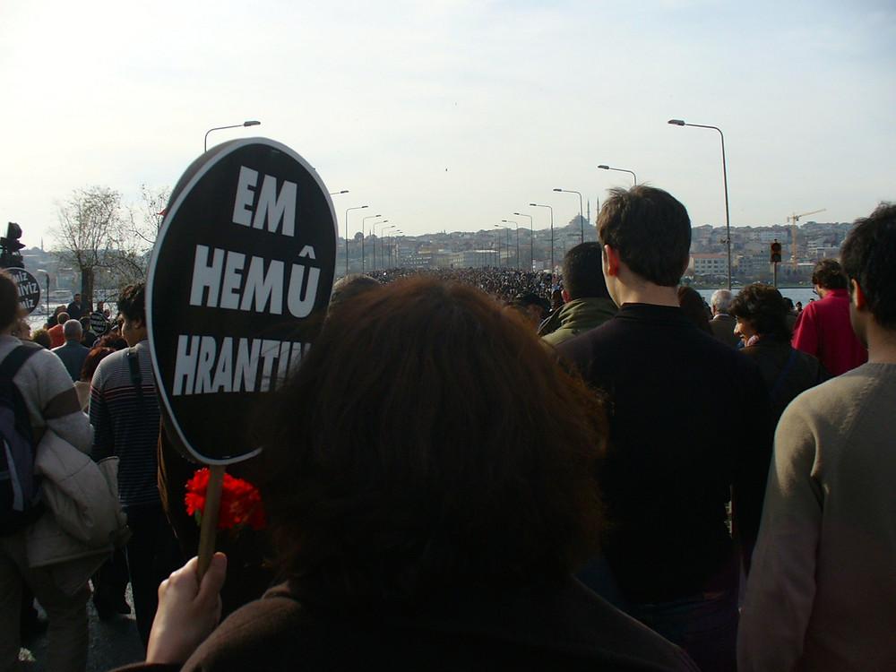 Funérailles Hrant Dink le 23 janvier 2007 à Istanbul. Foule immense.