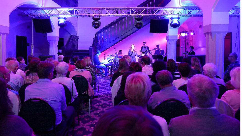 Sängerin Leo Will & Band (Drums: James Simpson, Bass: Robert Schulenburg, Guitar: Mo Jonas, Keys: Mike Webb) - Foto: Uwe Kriemichen | Schloss Wolfsbrunnen, Schwebda/Meinhard/Eschwege