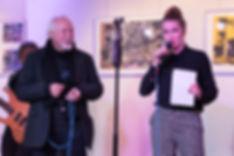 Sängerin Leo Will bei Ausstellungseröffnung für ihren Vater, den Siebdruck-Künstler Wolfgang Stratmann - Foto: Frank Fautz   Blaues Haus Böblingen