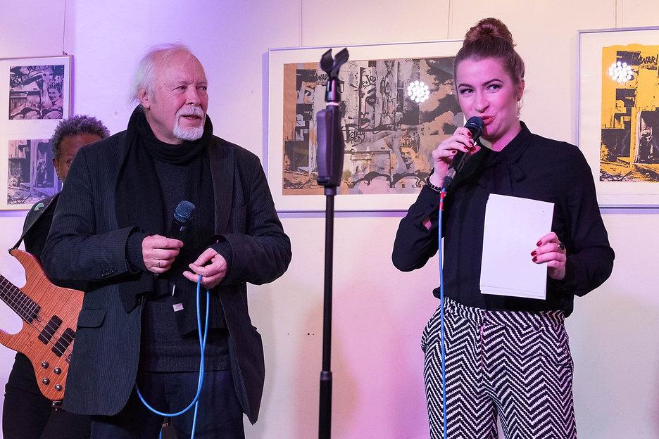Sängerin Leo Will bei Ausstellungseröffnung für ihren Vater, den Siebdruck-Künstler Wolfgang Stratmann - Foto: Frank Fautz | Blaues Haus Böblingen