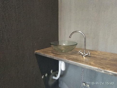Установка стеклянной раковины и смесителя на деревянную столешницу.